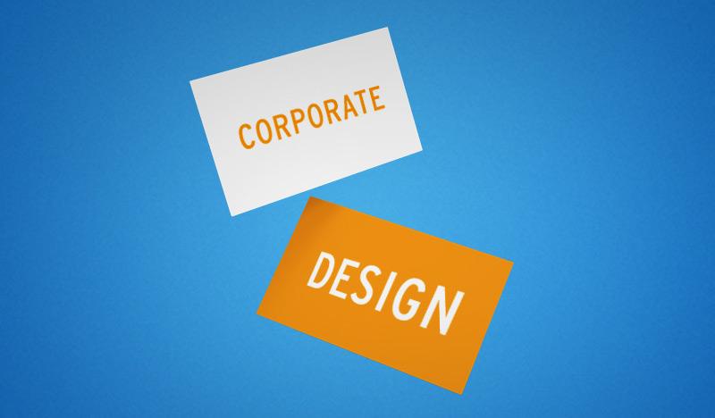 schild corporate design orange weiß vor blauem hintergrund